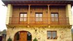Balcón con barandilla de madera